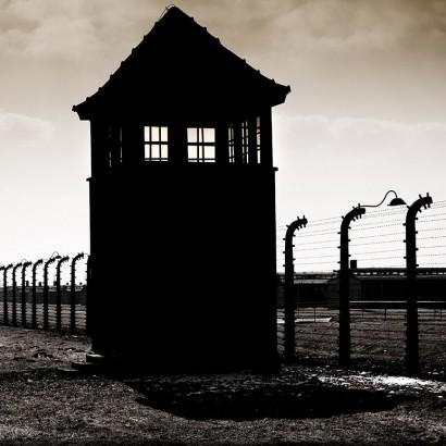 Wachturm und Zaun in Auschwitz